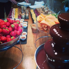 Dessert et fontaine de chocolat avec ses fruits