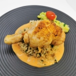 Cuisse de poulet fermier en gigot, gâteau de riz en pilaf aux pleurotes, sauce crème relevée au Xéres