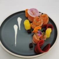 Saumon cru mariné, pickles de carottes couleur, betterave