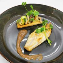 Filet de dorade royale rôti et caramélisé au sucre vergeoise, tartelette de légumes de saison, sauce au pinot noir