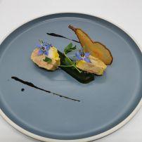Médaillon de foie gras à l'anguille fumée, caramel balsamique à la poire, cristalline de poire et gelée aux herbes